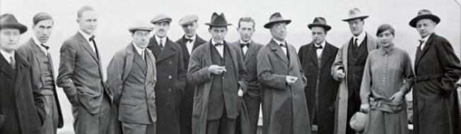 Josef Albers, Hinnerk Scheper, Georg Muche, László Moholy-Nagy, Herbert Bayer, Joost Schmidt, Walter Gropius, Marcel Breuer, Wassily Kandinsky, Paul Klee, Lyonel Feininger, Gunta Stölzl und Oskar Schlemmer.